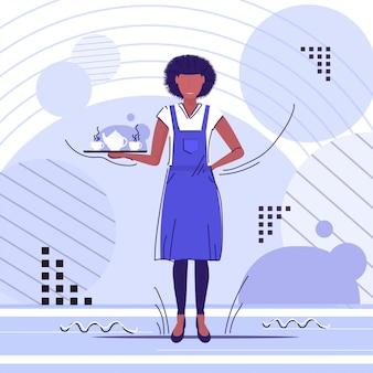 Camarera profesional con tazas de café o té en bandeja mujer afroamericana restaurante trabajador en delantal sirviendo bebidas calientes boceto integral