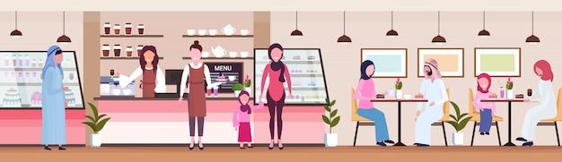 Camareras sirviendo a los clientes árabes clientes de cafetería trabajadores concepto de servicio de hospitalidad cafetería moderna interior personajes de dibujos animados planos banner horizontal de longitud completa