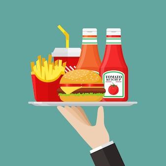 Camarero sirviendo una comida rápida con salsa.