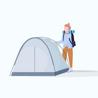 Caminante excursionista mujer instalando una carpa preparándose para acampar senderismo concepto viajero en caminata personaje de dibujos animados femenino plano de cuerpo entero