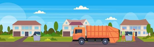 Camión de basura naranja vehículo sanitario urbano cargando contenedores de reciclaje concepto de reciclaje de residuos moderno cabaña casa campo fondo plano horizontal banner