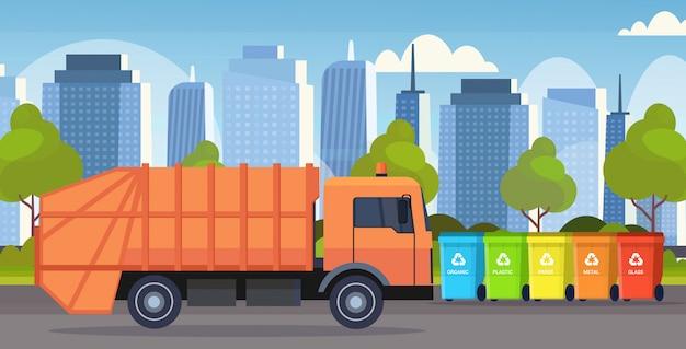 Camión de basura naranja vehículo sanitario urbano cargando contenedores de reciclaje segregar la clasificación de residuos concepto de gestión moderno paisaje urbano fondo plano horizontal