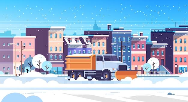 Camión quitanieves limpieza urbana carretera nevada calle de invierno concepto de remoción de nieve edificios de la ciudad moderna paisaje urbano plano horizontal ilustración vectorial