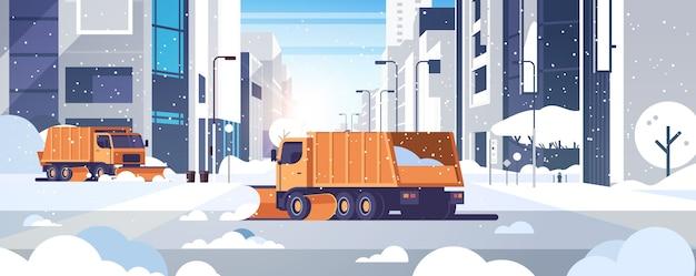 Camiones quitanieves que limpian la calle del centro urbano de la calle con rascacielos edificios comerciales concepto de remoción de nieve de invierno paisaje urbano horizontal ilustración vectorial plana