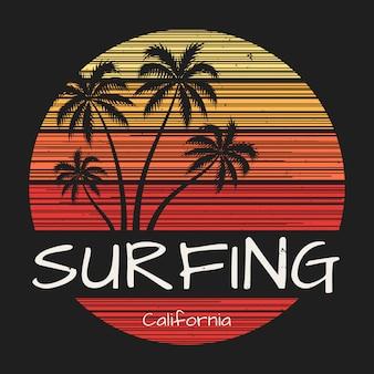 Camiseta surfing california estampada con palmeras