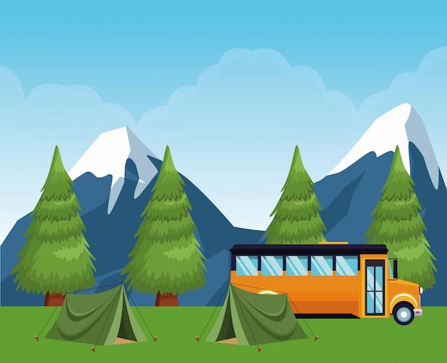 Campamento escolar en el bosque con carpas y autobús escolar
