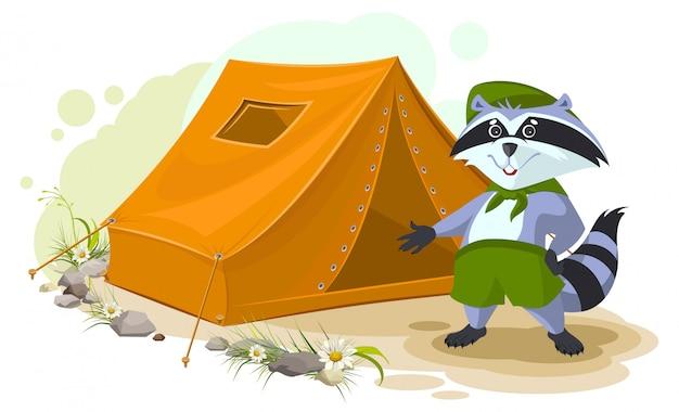 Campamento de vacaciones de verano. scout mapache de pie cerca de la tienda. conjunto de tienda turística de mapache. cámping