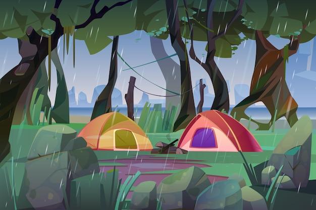 Campamento de verano con carpas en el bosque en tiempo lluvioso.