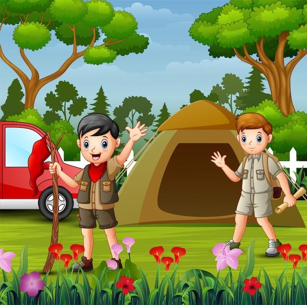 Campamento de verano con los niños exploradores y el auto rojo
