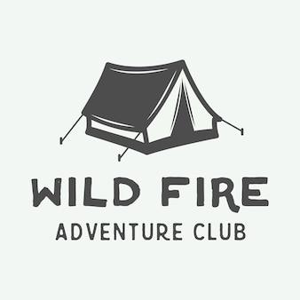 Camping al aire libre y logo de aventura