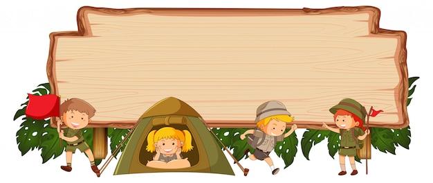 Camping niños en banner de madera