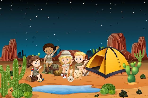 Camping niños en el desierto por la noche.