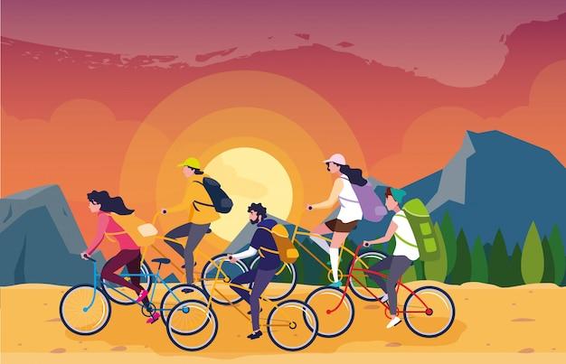 Campistas en la escena del hermoso paisaje con bicicletas