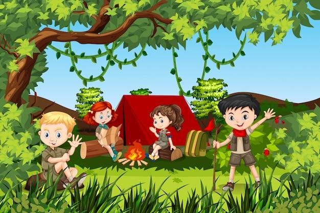 Canping niños en el bosque
