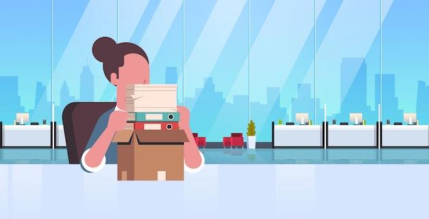 Cansado con exceso de trabajo empresaria sentado lugar de trabajo escritorio con documentos de papel apilados hombre de negocios papeleo concepto moderno oficina interior retrato horizontal plano