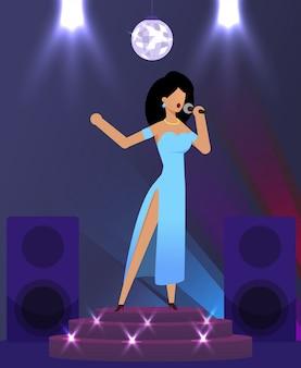 Cantante elegante cantando en el escenario del club nocturno