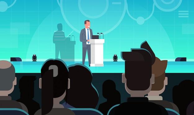 Capacitación empresarial o coaching empresario presentación líder en frente del grupo de empresarios trai