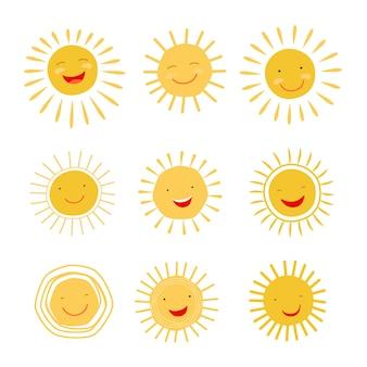 Carácter dibujado mano linda del sol que sonríe y que brilla