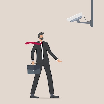 Carácter de empresario mirando las tecnologías de espionaje de la cámara cctv