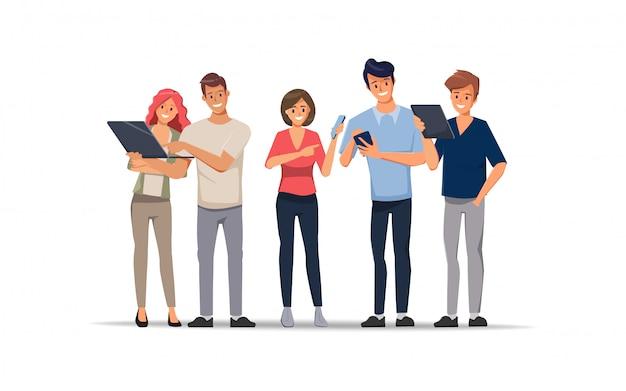 El carácter de la oficina de trabajo en equipo de personas de negocios discute con un colega y dispositivos