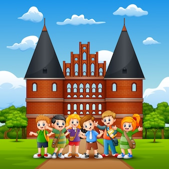 Caricatura de un grupo de niños en edad escolar frente a holstentor.