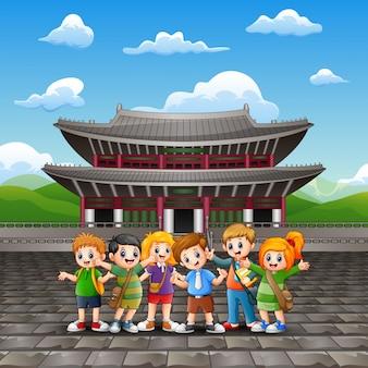 Caricatura de niños felices gira de estudio en el palacio de changdeokgung