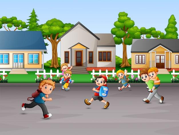 Caricatura de niños jugando en el patio de la casa rural.