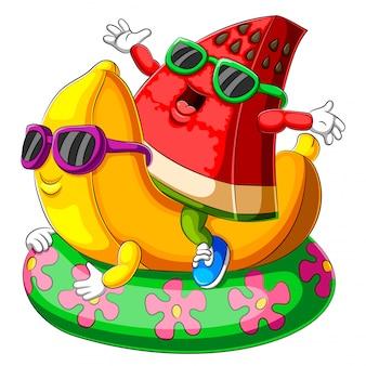 Una caricatura de sandía y plátano jugando flotador de piscina inflable