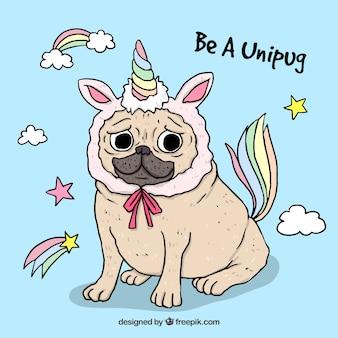 Carlino gracioso con disfraz de unicornio
