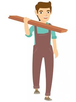 Un carpintero sosteniendo la madera en el hombro.