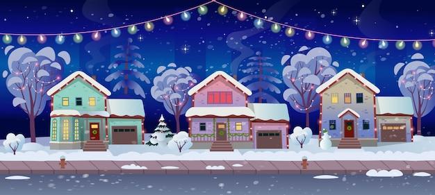 Carretera panorámica sobre la calle con casas y guirnaldas. tarjeta de navidad. ilustración de vector de calle de la ciudad de invierno en estilo de dibujos animados.