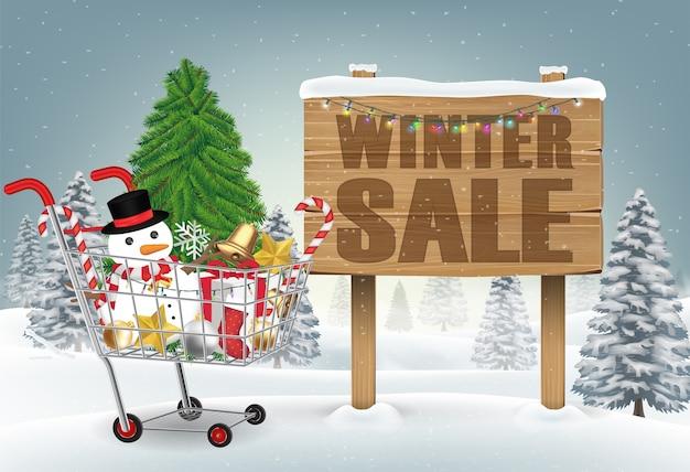 Carrito de compras decorativo de navidad en la colina de invierno