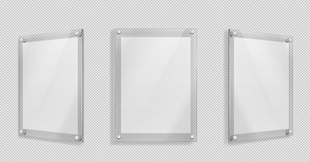 Cartel de acrílico, marco de vidrio en blanco colgado en la pared aislada en transparente