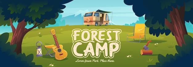 Cartel de campamento forestal con silla de camioneta y concepto de guitarra de viajes, senderismo y actividades de vacaciones