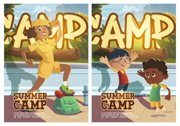 Cartel de campamento de verano con gente que va de excursión.
