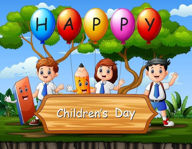 Cartel del día del niño feliz con estudiantes en el parque.
