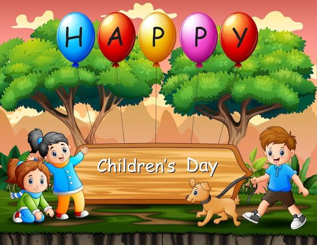 Cartel del día del niño feliz con niños jugando en el parque.