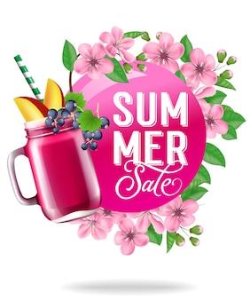 Cartel estacional de venta de verano con flores, hojas y bebida de fruta.