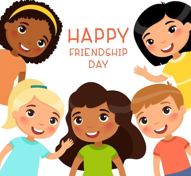 Cartel del feliz día de la amistad con niños multiculturales. cinco niños internacionales en un cuadro sonríen y saludan.