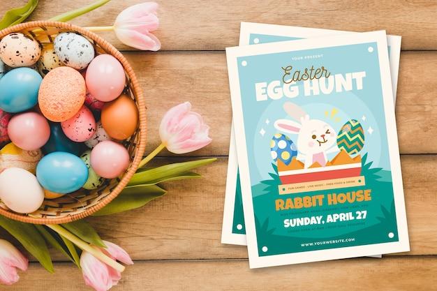 Cartel de fiesta de caza de huevos de pascua y flores