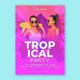 Cartel de fiesta tropical con foto de mujeres en trajes de baño