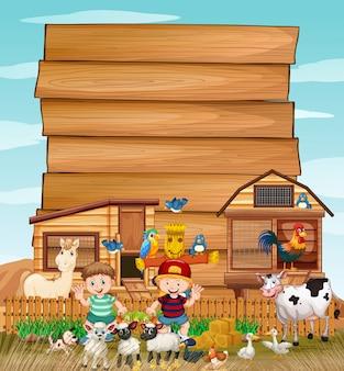 Cartel de madera en blanco en granja orgánica con conjunto de granja de animales