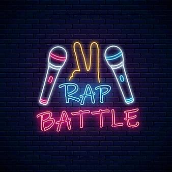 Cartel de neón de batalla de rap con dos micrófonos y gesto yo.