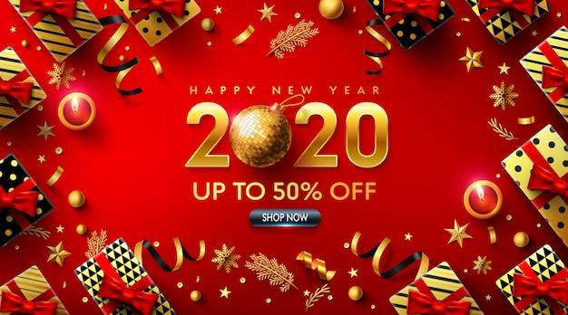 Cartel rojo de feliz año nuevo 2020 con caja de regalo y elementos de decoración navideña