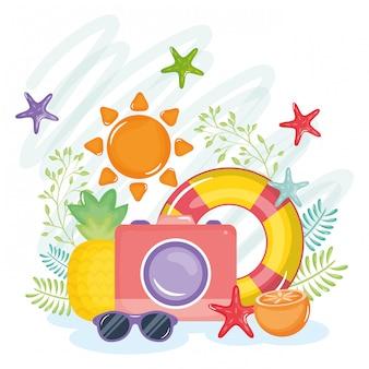 Cartel de vacaciones de verano con cámara e iconos