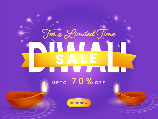 Cartel de venta de diwali con oferta de descuento y lámparas de aceite iluminadas (diya) sobre fondo púrpura de fuegos artificiales.