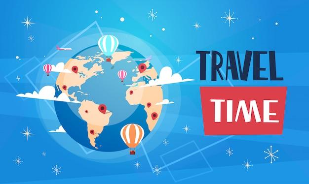 Cartel del viaje con el globo del mundo en la bandera retra del turismo del fondo azul