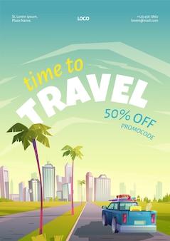 Cartel de viaje con paisaje de verano, ciudad y coche con equipaje en la carretera.