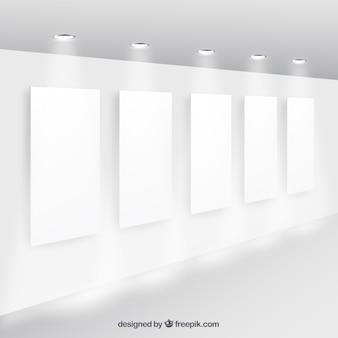 Carteles en blanco en la pared