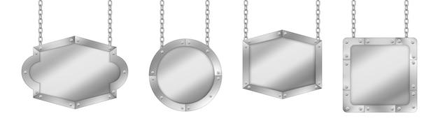Carteles de metal, tableros plateados cuelgan de cadenas.